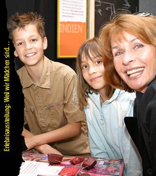 Die Schauspielerin Senta Berger besucht mit Schulkindern die Erlebnisausstellung